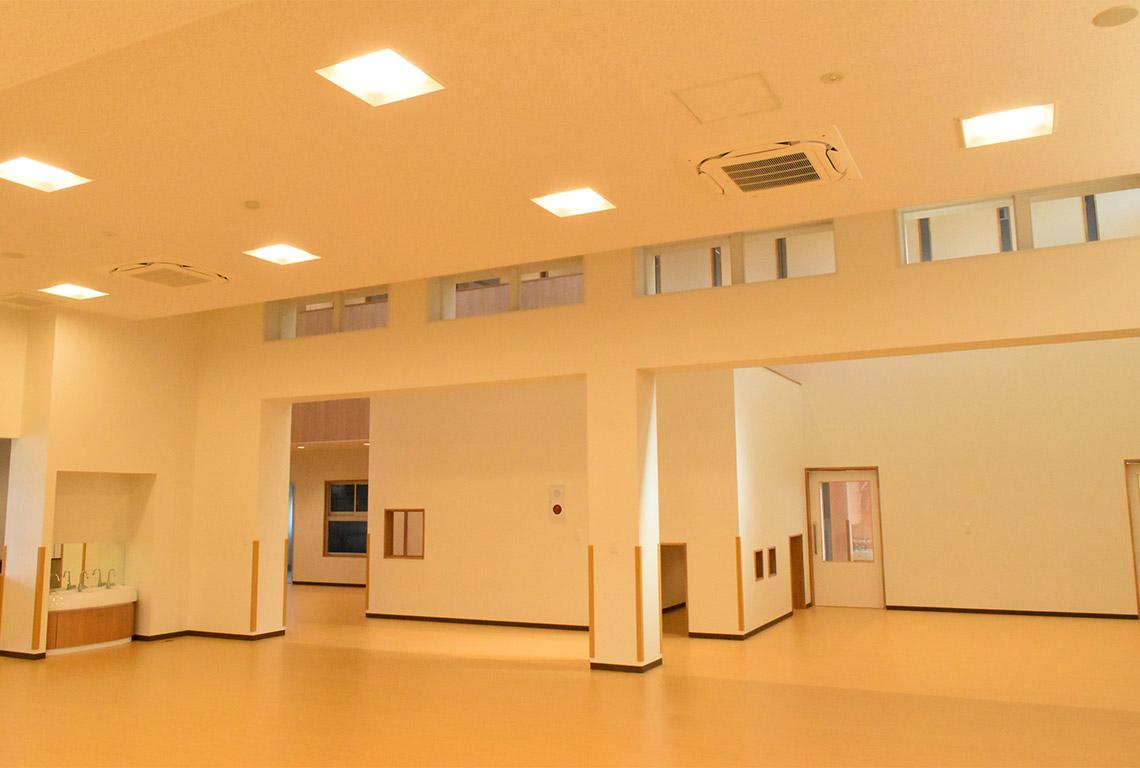 すみれ韮崎保育園遊戯室とコリドール